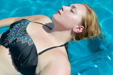 Slečna v bazénu