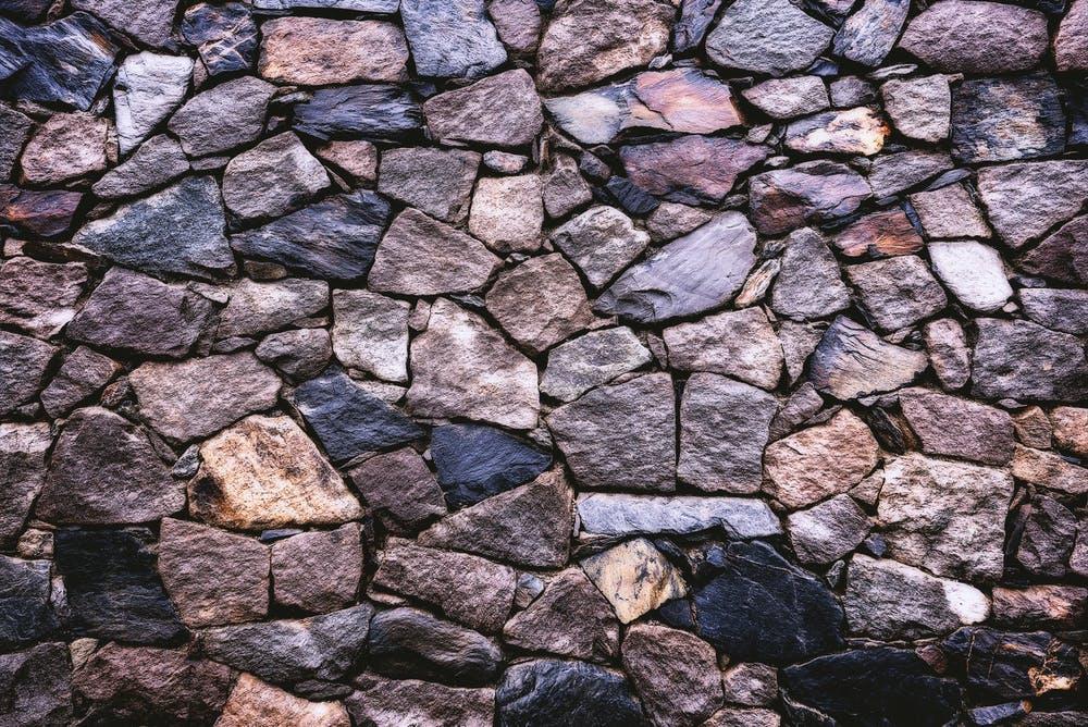 dlažba z kamenů