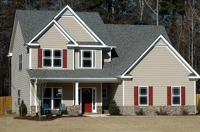 šedý dům, červené okenice