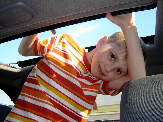 chlapec v autě