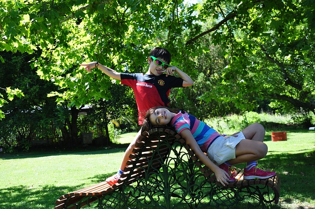 děti na lavičkách