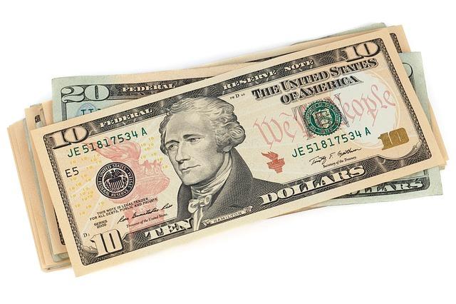 hromádka dolarových bankovek.jpg