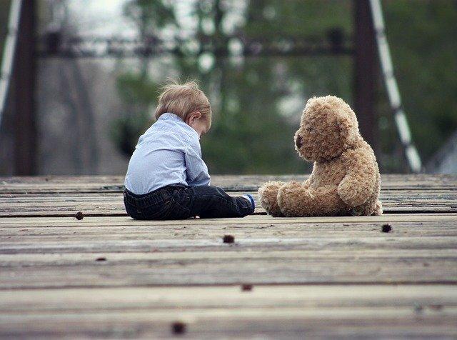 dítě s medvídkem